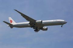 Air China Boeing 777 en ciel de New York avant le débarquement à l'aéroport de JFK Photographie stock