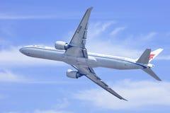 Air China Boeing 777-300ER, B-2086 nell'aria, Pechino, Cina Fotografia Stock