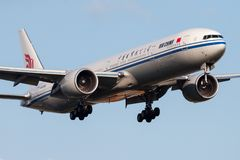 Air China Boeing 777-300ER B-2036 samolotu pasażerskiego lądowanie przy Frankfurt lotniskiem fotografia royalty free