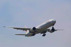Air China Boeing 777 i New York himmel, innan att landa på JFK-flygplatsen Fotografering för Bildbyråer