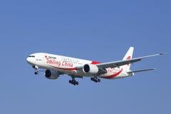 Air China Boeing 777-39LER, B-2035 está aterrando no Pequim, China Imagens de Stock