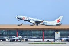 Air China Boeing 737-86N decola no Pequim Imagens de Stock