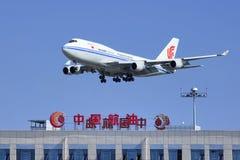 Air China Cargo Boeing 747-412BCF, B-2453 skummar över Kina Flyg Olja Corp byggnad Peking, Kina Royaltyfri Foto