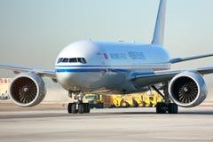 Air China Cargo transportent le roulement sur le sol d'avions photo stock