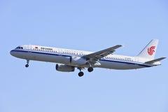 Air China-Luchtbus 321-231 die, B-6885 op Peking Hoofdint. landen luchthaven Royalty-vrije Stock Foto's