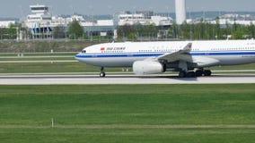 Air China-Luchtbus die van de Luchthaven van München, MUC opstijgen stock footage