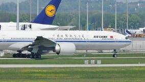 Air China que hace el taxi en el aeropuerto de Munich, MUC almacen de metraje de vídeo