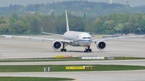 Air China spiana sulla pista nell'aeroporto di Monaco di Baviera, Germania, orario invernale con neve