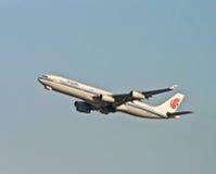 Air China-vliegtuig met blauwe hemel Stock Foto
