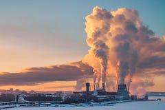 Air de pollution de tuyau d'usine contre le coucher du soleil images libres de droits