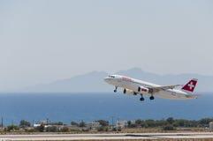 Air de Suisse de départ de Santorini Images stock