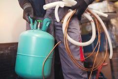 Air den konditionering förlagen som förbereder sig att installera den nya luftkonditioneringsapparaten fotografering för bildbyråer