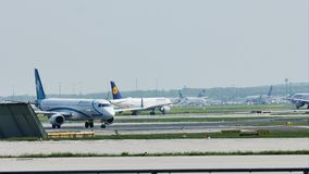 Air Dolomiti aplana taxiing no aeroporto de Francoforte, FRA