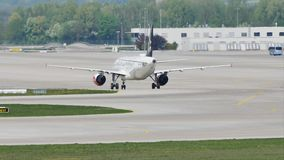 Air Dolomiti Embraer делая такси в авиапорте Мюнхена сток-видео