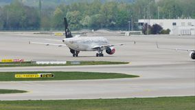 Air Dolomiti Embraer делая такси в авиапорте Мюнхена видеоматериал