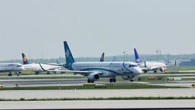 Air Dolomiti Embraer и самолеты SAS скандинавские в авиапорте Франкфурта, FRA