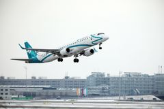 Air Dolomiti Embraer ERJ-195 I-ADJP decolla Immagine Stock