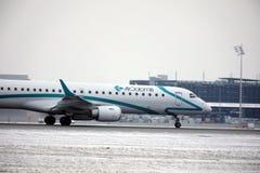 Air Dolomiti Embraer ERJ-195 I-ADJU som tar av Fotografering för Bildbyråer
