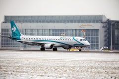 Air Dolomiti Embraer ERJ-195 I-ADJU som tar av Arkivbilder