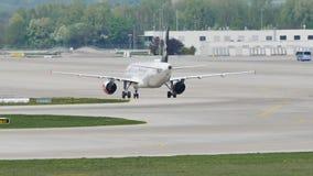 Air Dolomiti Embraer que hace el taxi en el aeropuerto de Munich almacen de video