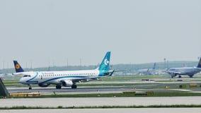 Air Dolomiti Embraer que lleva en taxi en el aeropuerto de Francfort, FRA almacen de metraje de vídeo