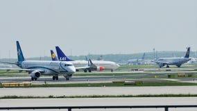 Air Dolomiti Embraer que lleva en taxi en el aeropuerto de Francfort, FRA almacen de video