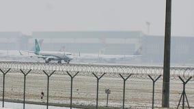 Air Dolomiti Embraer que saca de pista nevosa