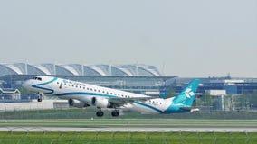 Air Dolomiti Embraer que saca del aeropuerto de Munich almacen de video