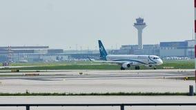 Air Dolomiti Embraer que taxiing no aeroporto de Francoforte, FRA