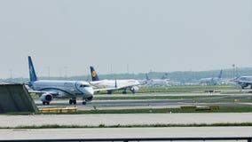 Air Dolomiti hebluje taxiing w Frankfurt lotnisku, FRA