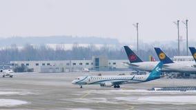 Air Dolomiti hyvlar i den Munich flygplatsen MUC stock video