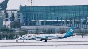 Air Dolomiti hyvlar i den Munich flygplatsen MUC arkivfilmer