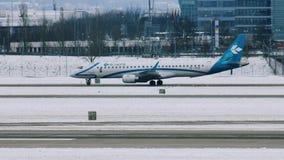 Air Dolomiti nivå som åker taxi, snö på landningsbana stock video