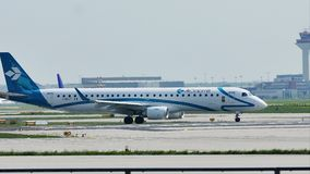 Air Dolomiti-vliegtuig die in de Luchthaven van Frankfurt, FRA taxi?en