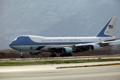 Air Force One aterra no aeroporto internacional de Atenas Imagem de Stock