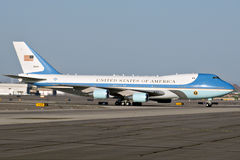 Air Force One auf dem Asphalt Stockbilder