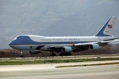 Air Force One débarque à l'aéroport international d'Athènes Image stock