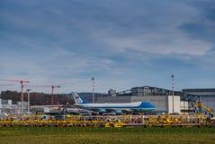 Air Force One parkerade på den Zurich flygplatsen arkivbild