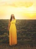 Air frais de respiration décontracté de jeune femme mignonne, se tenant avec les yeux fermés Images libres de droits