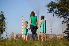 air framtid för omsorgslampglasbegreppet henne ungar som ser unga förorena stjälkar för modern Royaltyfria Bilder