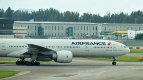 Air France Боинг 777-300ER ездя на такси на авиапорте Changi Стоковое фото RF