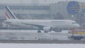 Air France acepilla haciendo el taxi en Munich, nieve almacen de metraje de vídeo
