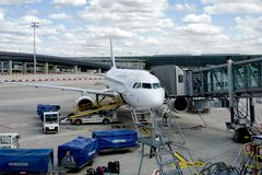 Air France Aerobus A320 w Roissy Charles De Gaulle lotnisku fotografia royalty free