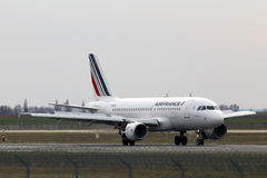 Air France Airbus A319-111 aircraft landing on the runway Stock Photos