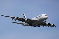 Air France Airbus A380, der für die Landung an internationalem Flughafen JFK in New York absteigt Lizenzfreie Stockbilder