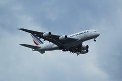 Air France Airbus A380 desciende para aterrizar en el aeropuerto internacional de JFK en Nueva York Foto de archivo libre de regalías
