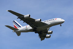 Air France Airbus A380 que desciende para aterrizar en el aeropuerto internacional de JFK en Nueva York Foto de archivo