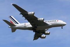 Air France Airbus A380 que desciende para aterrizar en el aeropuerto internacional de JFK en Nueva York Imagen de archivo