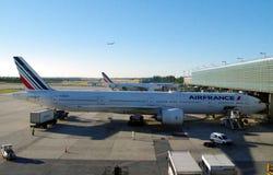 Air France aplana a carga da carga antes de começar mover-se para o cubo para embarcar passageiros imagens de stock