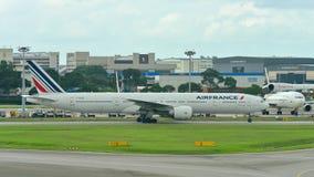 Air France Boeing 777-300ER που μετακινείται με ταξί στον αερολιμένα Changi Στοκ εικόνες με δικαίωμα ελεύθερης χρήσης